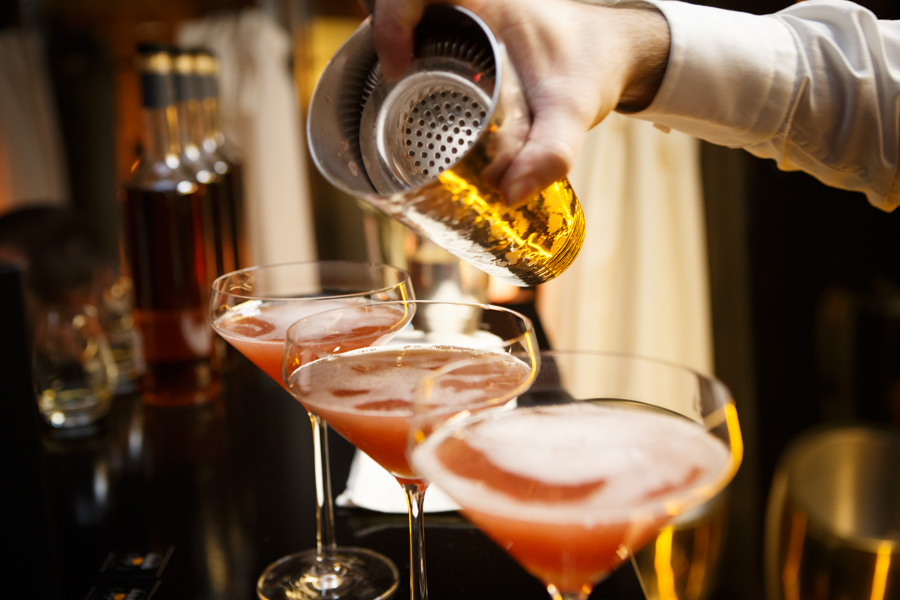 Learn to make cocktails in riga the fun way to bond with for Fun alcoholic drinks to make